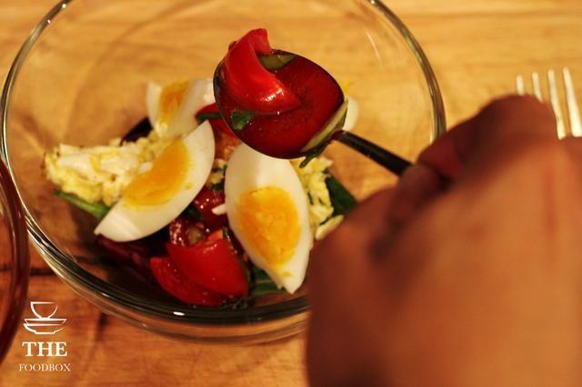 Añadir los tomates sazonados a la mezcla y en la parte superior.
