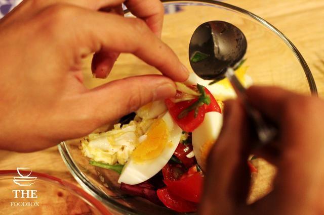 Agregue las cebollas verdes de la mezcla de tomate.