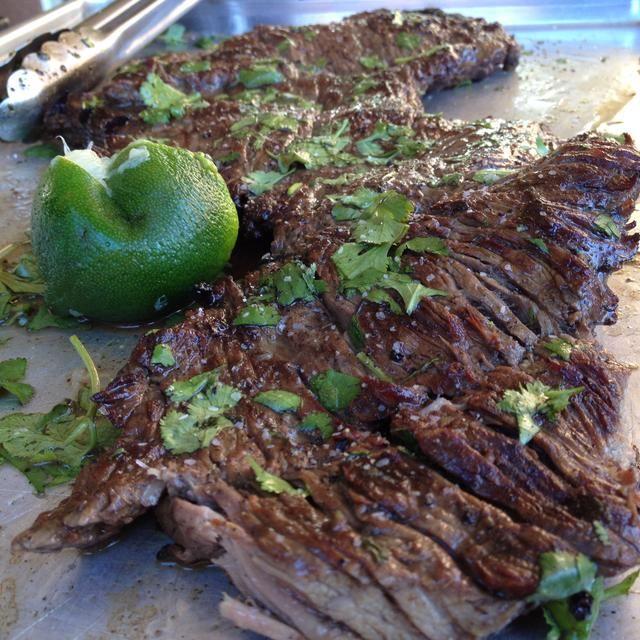 Grill arrachera a fuego alto en una parrilla. Debe cocinar a unos 7-9 minutos. Cocine a un medio raro a medio.
