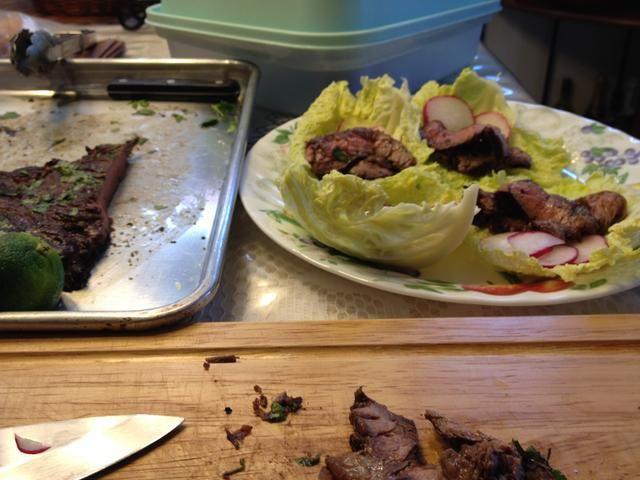 Agregue la carne a la cama de col y rábanos.