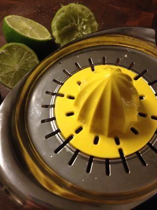 Reducir a la mitad y el jugo de 2 limones. Añadir al gusto. (Dependiendo del tamaño de los aguacates, 1 cal jugosa suele ser suficiente)