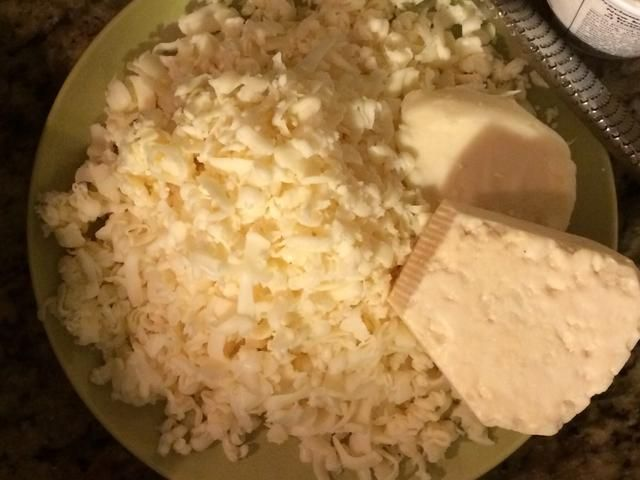 Mozzarella rallado y un poco de queso parmesano listo para rallar. No hay latas verdes o cosas preshredded, que've gone through so much already, don't cut corners now!