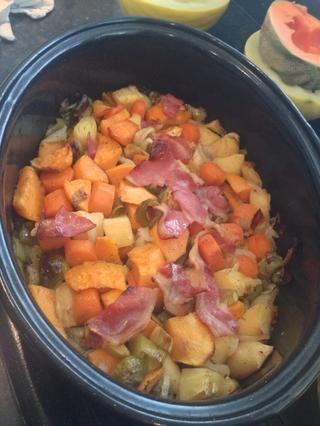 Tome las verduras asado del horno y la transfiere en una sartén grande para comenzar la toma de salsa