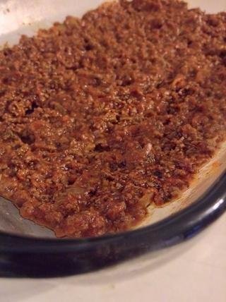 Obtener un plato para hornear 9X13 listo, se extendió una tercera parte de la mezcla de carne hacia abajo. Trate de hacer que sea lo más uniforme posible :)!