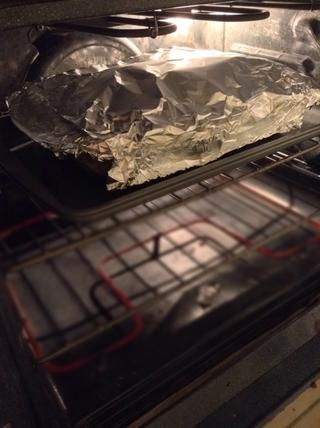 Cubra con papel aluminio y hornear durante 30-35 minutos. Para ayudar a evitar que el queso se pegue a la hoja, rocíe un poco de PAM o aerosol para cocinar sobre la lámina antes de cubrir.
