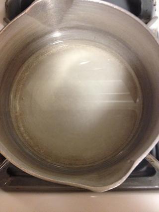 Hacer jarabe simple calentando partes iguales de agua y el azúcar hasta que el azúcar se disuelva (1/4 taza de cada uno)