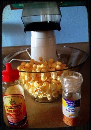 Mientras que el maíz reventado esté caliente, agregue la miel de agave, entonces la sal. Agite el recipiente. Esto dispersa el néctar de agave y la sal por lo que cada pieza será dulce y salado.