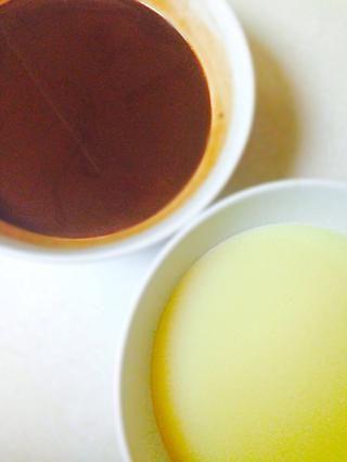 Derretir chispas de chocolate de leche con 1 taza de crema de leche y el chocolate blanco en un bawl diferente con taza de crema restante. Puso a un lado para refrescarse