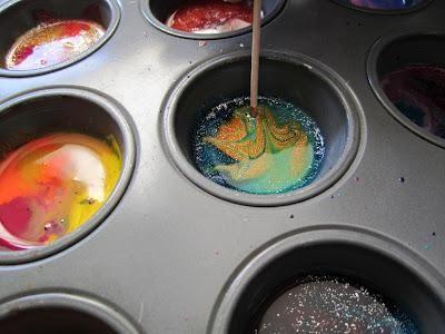 Luego, girar rápidamente diseños con un palillo de dientes a cada uno de los crayones derretidos. Es mejor si se utiliza un palillo diferente para cada hoyo. A continuación, dejar que los crayones que se enfríe durante 12-15 minutos.