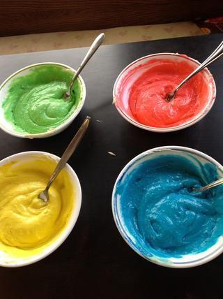 Separar en tazones y agregar colorante de alimentos