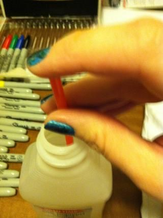 Sumerja su paja y cubrir la parte superior con el dedo.