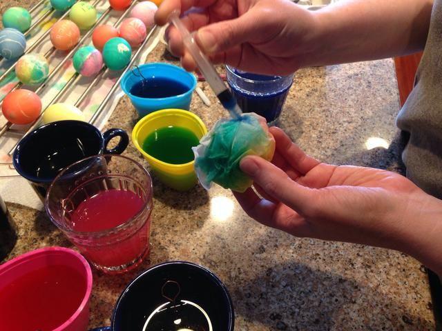 En medio de cada color enjuagar la jeringa con un poco de agua fresca.