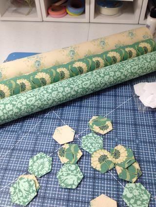 Te has quedado con bonitas piezas hexagonales hechas con las hojas de Tilda Spring Lake auto-adhesivo de la tela.