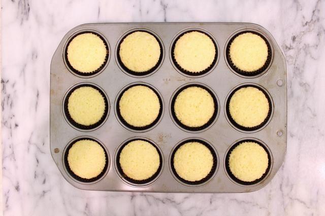 Hornee, rotando latas a medio camino, hasta que los centros se ajustan por completo y los bordes son de color castaño dorado, aproximadamente 13 a 17 minutos.