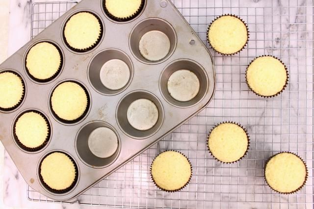 Traslado latas de bastidores de alambre para enfriar completamente antes de retirar los cupcakes de la lata. Proceda a hacer el glaseado.