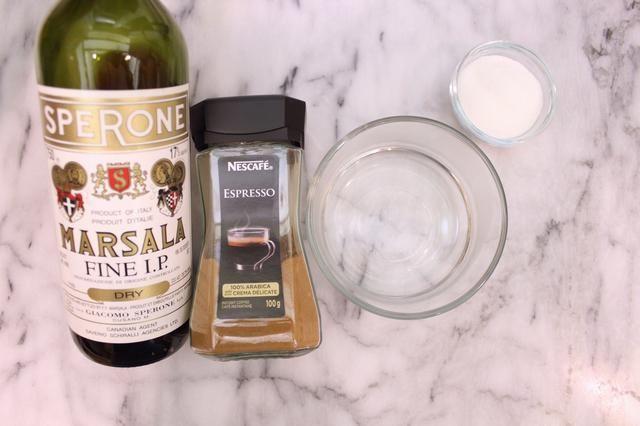Preparación Jarabe: En un tazón pequeño, mezcle el agua caliente, el polvo de café espresso, 3 cucharadas de vino de Marsala, y 50 gramos de azúcar blanco granulado.