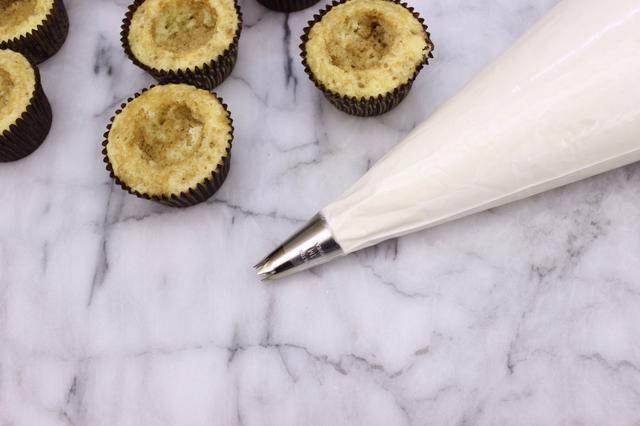 Transferencia merengue en una manga pastelera preparada equipado con una gran redonda o punta de estrella (Wilton 1M para mí).