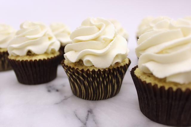Pipe una generosa remolino de helar en cada cupcake.