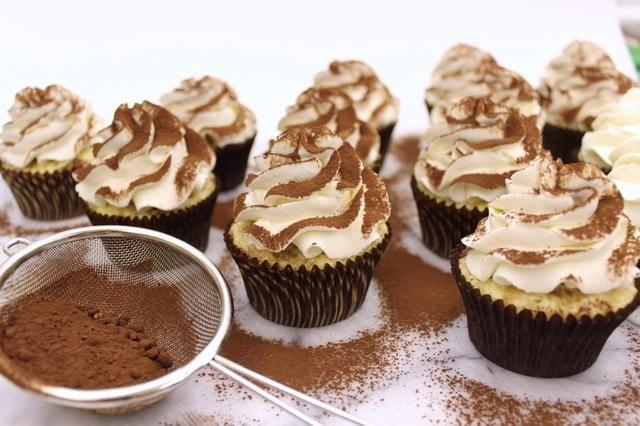 Saque el polvo de cada cupcake con una generosa cantidad de cacao en polvo sin azúcar.