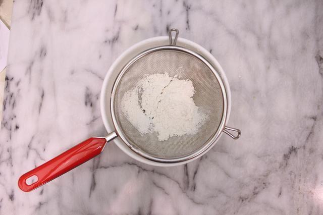 Preparación Esponja: En un tazón mediano, tamizar la harina de la torta, el polvo de hornear y la sal.