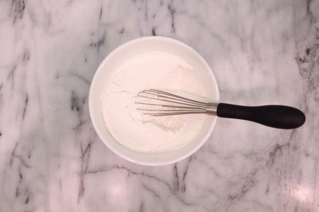 Batir para airear la mezcla de harina. Dejar de lado.