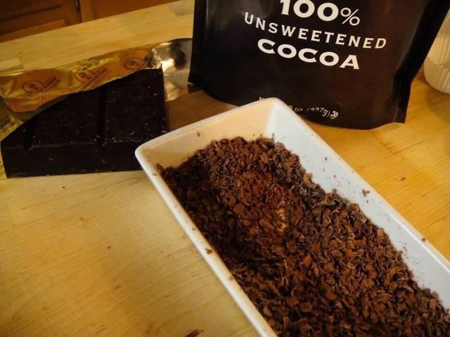 Al día siguiente: Rallar el chocolate oscuro en los mayores agujeros de su rallador. Mezcle las virutas de chocolate con el cacao.