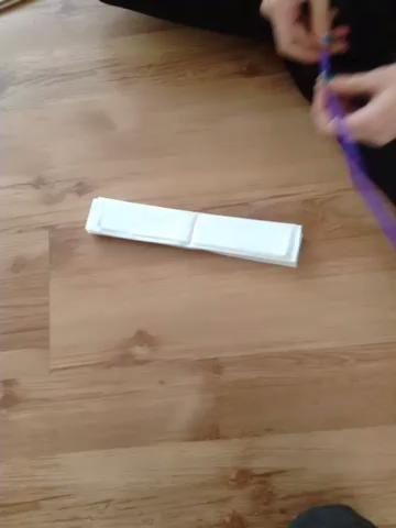 Coloque un cable de tubo alrededor del pliegue como éste