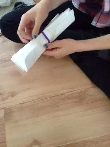 Vea el video para el detalle adicional. Básicamente, dar el primer papel de seda y llevarlo hasta la cima. ¡Tener cuidado! Ello's so easy to rip! Trick: pull not from the corners but from the spaces.