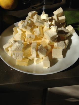 Picar la mantequilla en pequeños cubos y poner de nuevo en la nevera para quedarse frío hasta que lo necesite.