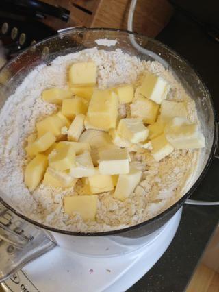 Añadir la mantequilla en lotes, alrededor de un tercio más o menos a la vez, y sólo le dan un impulso rápido a mover las cosas.