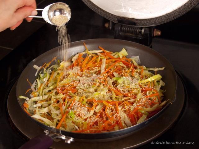 Añadir un montón de proteínas lleno semillas de sésamo y freír durante otro minuto para tostadas. Revuelva para garantizar que don't burn!