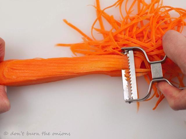 Lavar y pelar la zanahoria. He utilizado esta máquina de cortar dentada que es muy rápido y hace preciosos hilos finos en cuestión de segundos.