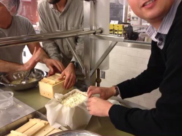 Doble la gasa sobre el tofu, primero de los lados largos, a continuación, a partir de los lados más cortos.