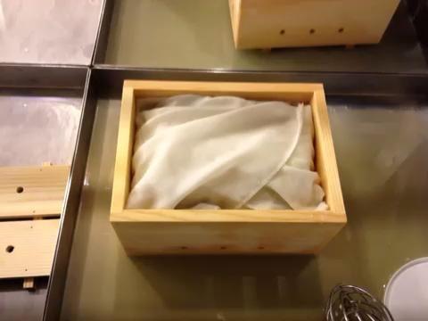 Ponga la tapa en la prensa y empezar a presionar el tofu hasta que el agua salga de la parte inferior. Me tomó cerca de 5 a 10 minutos de presión aplicada de manera uniforme para obtener una buena consistencia tofu.
