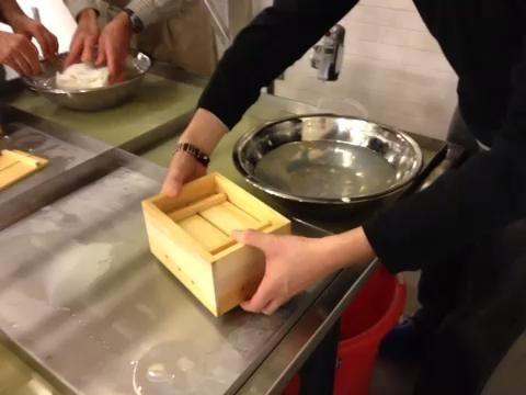 Transferir cuidadosamente el tofu en el agua. A continuación, retire el lado y la parte superior.