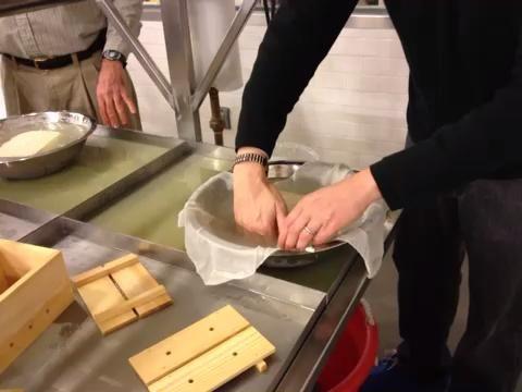 Ponga su mano debajo del tofu y suavemente darle la vuelta mientras se quita la gasa.