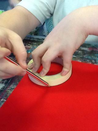 Trace el contorno de su objeto circular con un lápiz que terminamos elegir un rollo de cinta hace alrededor de tres pero cuatro en caso de que cometa un error.