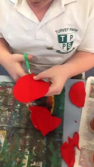 Cortar círculos de al menos la mitad, pero luego volver a su medio y cortar a través de la regla cada lado aproximadamente 1 cm en un ángulo para obtener la forma de cono para el sombrero
