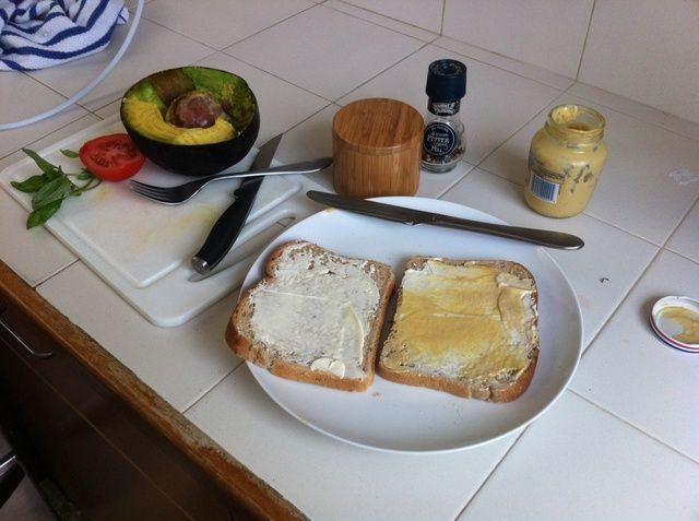 Preparar tu pan con mayonesa y mostaza al gusto.