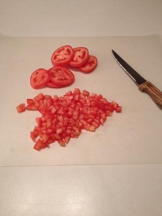 Picar los tomates.