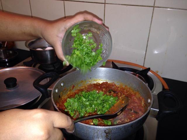 Añadir las hojas de cilantro.