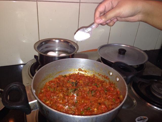 Mezcla un poco y añadir la sal al gusto. Añadir poco más de lo habitual ya que estaremos agregando agua después. Después de esto, añadir poco más de agua y dejar cocer durante 2-3 minutos.