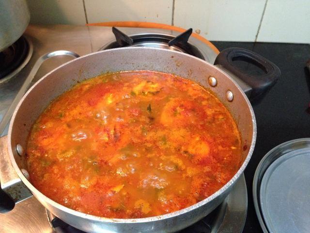 Su tomate y huevo al curry está listo.