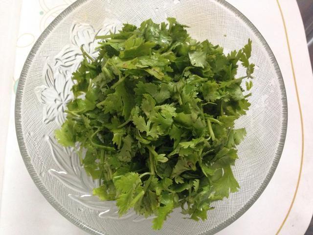 Picar las hojas de cilantro en pedazos más pequeños y reservar.