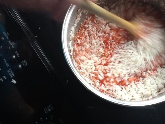 Revuelva en unos 1para 2 tazas de arroz en función de la cantidad de jugo y la gente.