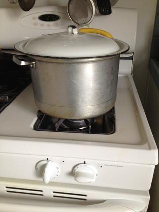 Tapar y bajar a la baja. Cocine a fuego lento durante varias horas, revolviendo de vez en cuando. Pruebe la salsa de vez en cuando para ver si necesita ajustar - un poco más de sal? ¿Orégano? ¿Azúcar? Añadir al gusto.