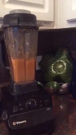 Vierta la mezcla en la licuadora. Mezcle hasta que la sopa es tan suave como le gustaría que fuera.