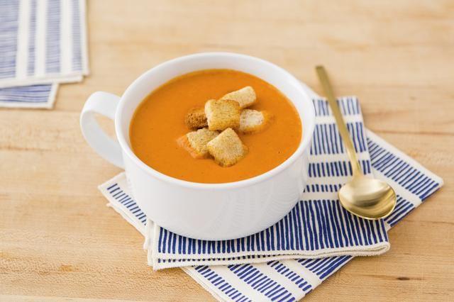 Sazone con sal y pimienta y añadir trocitos de pan para la textura. ¡Disfrutar! Receta inspirada por: http://myrecipes.com/recipe/creamy-tomato-soup-2