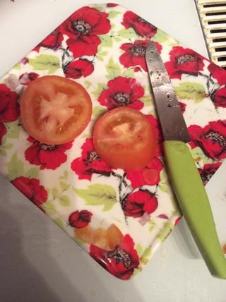 Tomates dados. Los tomates no tienen que ser cortado en dados perfectamente- se pueden mezclar más tarde de todos modos.