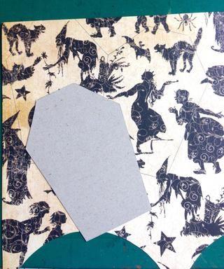 Imprima o trace la plantilla tombcard sobre un cartón ... Utilice la plantilla para trazar sobre el papel de patrón por voltear la plantilla en el lado que los une, como se muestra ...